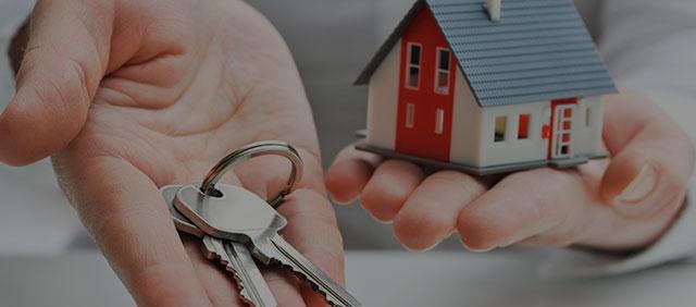 house keys on palm and miniature house on other hand - locksmith hemel hempstead